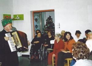 18-12-2009 il coro del Circolo Amicizia Sarda canti natalizi ai disabili01