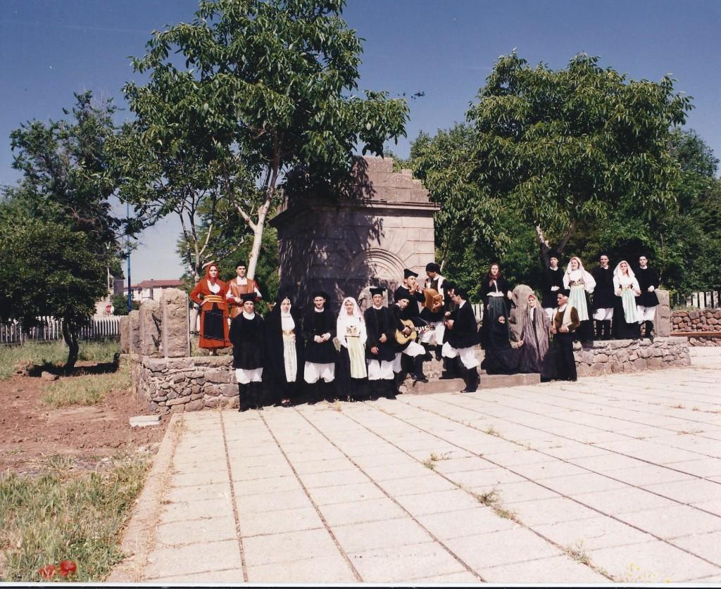 anni 80 gruppo folk di Ghilarza (OR)