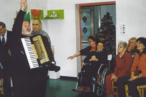 18-12-2009 il coro del Circolo Amicizia Sarda canti natalizi ai disabili02